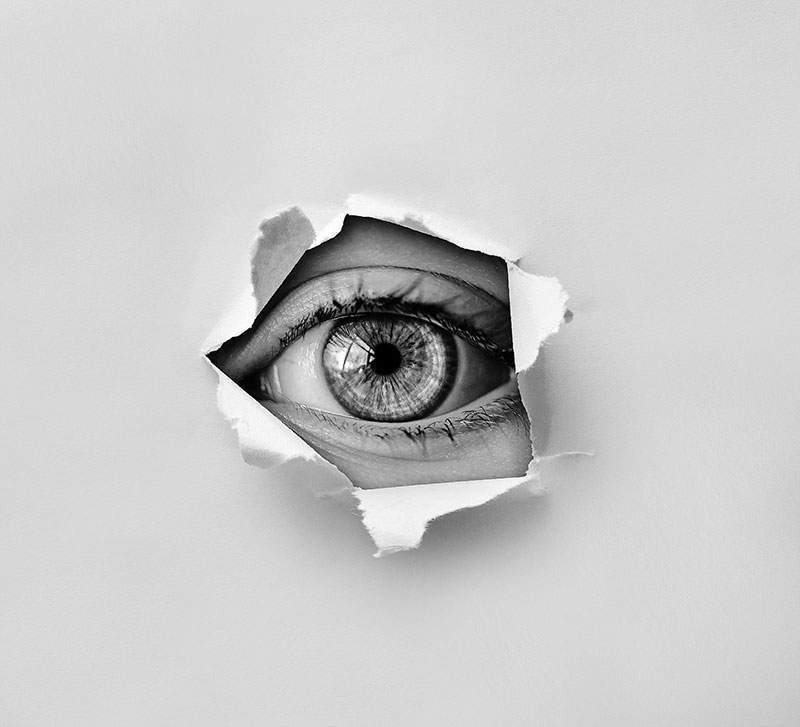 עין מציצה מתוך חור בקיר